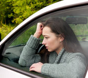 Femme effrayé dans le véhicule photographie stock