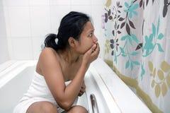 Femme effrayée dans la salle de bains Photos libres de droits