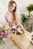 Femme emballant la vue supérieure de bouquet rose de ressort Photos libres de droits