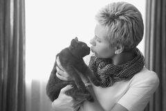 Femme embrassant le chat Image stock