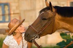 Femme embrassant le cheval Photographie stock