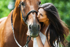 Femme embrassant le cheval Photographie stock