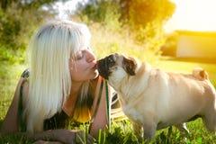 Femme embrassant le chien de roquet Photos stock