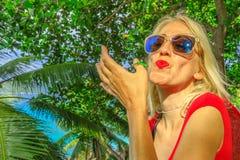 Femme embrassant le gecko images libres de droits