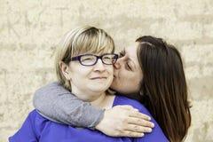 Femme embrassant son amie Photos libres de droits