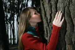 Femme embrassant un arbre Photographie stock libre de droits