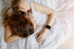 Femme employant des smartwatches pendant des phases de sommeil de contrôle photos libres de droits