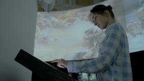 Femme employant l'affichage interactif d'écran tactile au musée d'histoire moderne clips vidéos