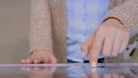 Femme employant l'affichage interactif d'?cran tactile au mus?e moderne banque de vidéos