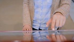 Femme employant l'affichage interactif d'?cran tactile ? l'exposition de technologie banque de vidéos