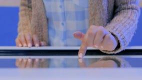 Femme employant l'affichage interactif d'?cran tactile ? l'exposition de technologie clips vidéos