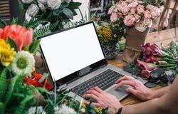 Femme employant l'interface du fleuriste photos stock