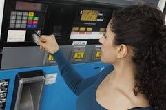 Femme employant la carte de crédit pour payer l'essence Images libres de droits