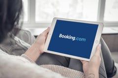 Femme employant la réservation COM APP sur un iPad tout neuf d'Apple pro photo libre de droits