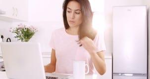 Femme employant la technologie clips vidéos