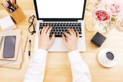 Femme employant le clavier numérique Images stock