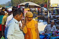 Femme employant le mobile dans le Meena Photographie stock