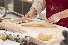 Femme employant le panneau de pâtisserie images libres de droits