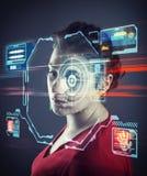 Femme employant le système de reconnaissance des visages image stock