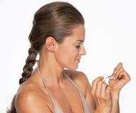 Femme employant le vernis à ongles Photos libres de droits