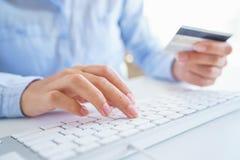 Femme employant une carte de crédit pour des paiements en ligne Le concept de dessus Photographie stock libre de droits