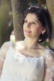 Femme en épousant la robe blanche dehors Images libres de droits