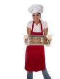 Femme en biscuits de traitement au four de tablier Photos libres de droits