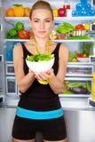 Femme en bonne santé avec de la salade fraîche photographie stock libre de droits