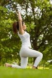 Femme en bonne santé avec des frais généraux jointifs de mains au parc Image libre de droits