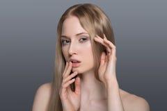 Femme en bonne santé avec la peau claire et les cheveux d'isolement Photographie stock libre de droits