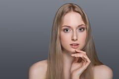 Femme en bonne santé avec la peau claire et les cheveux d'isolement Image libre de droits
