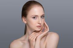 Femme en bonne santé avec la peau claire et les cheveux d'isolement Photos stock