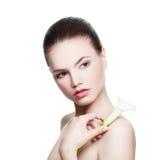 Femme en bonne santé avec la peau parfaite et Lily Flower Photographie stock
