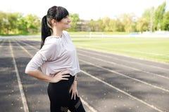 Femme en bonne santé avec le fond de lumière de l'espace de copie d'usage de sport Fille de forme physique heureux d?tendez le co images stock