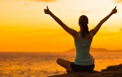 Femme en bonne santé célébrant pendant un beau coucher du soleil Heureux et gratuit photos stock