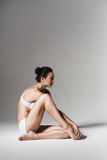 Femme en bonne santé calme s'asseyant sur le plancher Image libre de droits