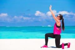 Femme en bonne santé d'athlète établissant faisant l'exercice Photo libre de droits