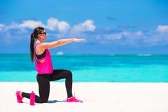 Femme en bonne santé d'athlète établissant faisant l'exercice Images libres de droits
