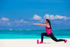 Femme en bonne santé d'athlète établissant faisant l'exercice Photos stock