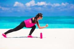Femme en bonne santé d'athlète établissant faisant l'exercice Image libre de droits