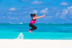 Femme en bonne santé d'athlète établissant faisant l'exercice Photo stock