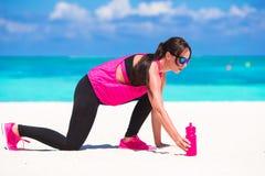 Femme en bonne santé d'athlète établissant faisant l'exercice Image stock