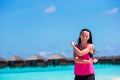 Femme en bonne santé d'athlète établissant faisant l'exercice Photos libres de droits