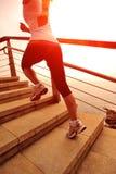 Femme en bonne santé de mode de vie courant sur les escaliers en pierre Image libre de droits