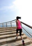 Femme en bonne santé de mode de vie courant sur les escaliers en pierre Images stock