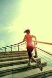 Femme en bonne santé de mode de vie courant sur les escaliers en pierre Photo stock