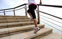 Femme en bonne santé de mode de vie courant sur les escaliers en pierre Photographie stock