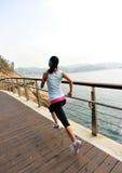 Femme en bonne santé de mode de vie courant sur les escaliers en pierre Photographie stock libre de droits