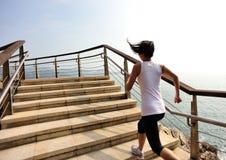 Femme en bonne santé de mode de vie courant sur les escaliers en pierre Photo libre de droits