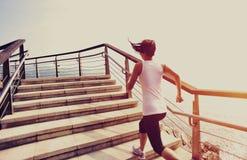 Femme en bonne santé de mode de vie courant sur les escaliers en pierre Photos stock
